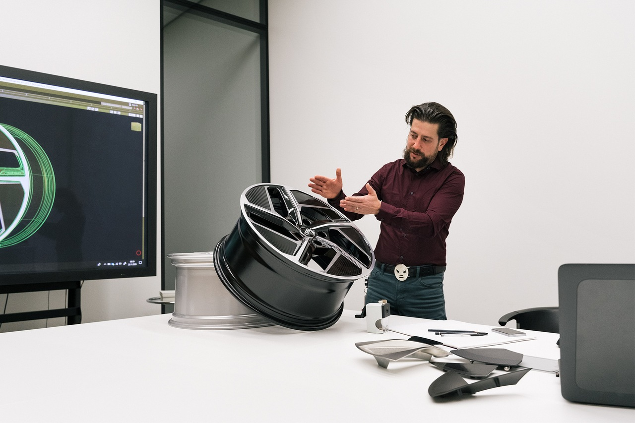 Audi wheel designer Andreas Valencia Pollex explains the aero wheel.